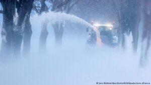 Хто у Німеччині прибирає сніг: за лопату беруться не лише комунальники