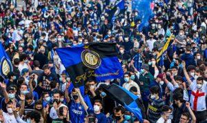 Фанаты Интера заполонили центральную площадь Милана, несмотря на карантинные ограничения