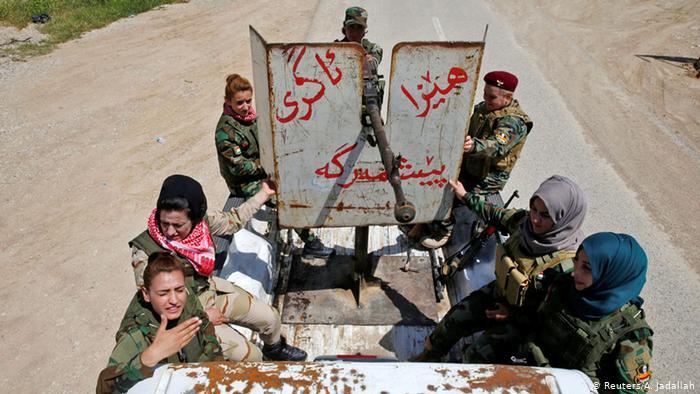 Die Kämpferinnen auf einem bewaffneten Jeep (Foto: REUTERS/Ahmed Jadallah)