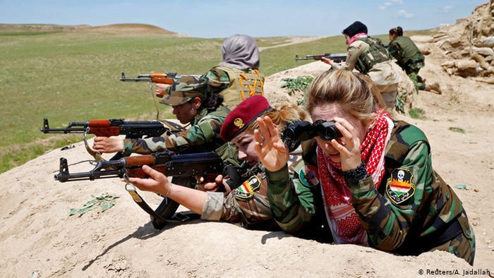 Kurdinnen und Jesidinnen bekämpfen bei Mosul IS-Terroristen (Foto: REUTERS/Ahmed Jadallah)