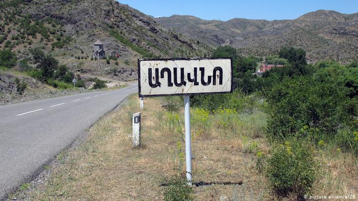 Дорожный указатель на армянском языке