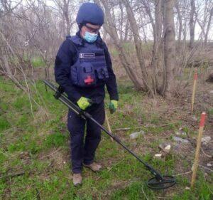 Украинские саперы обезвредили почти две сотни снарядов и мин в зоне ООС за неделю: фоторепортаж