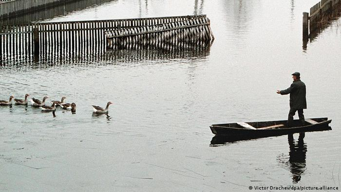 Мужчина на лодке о время паводка в Гомельской области