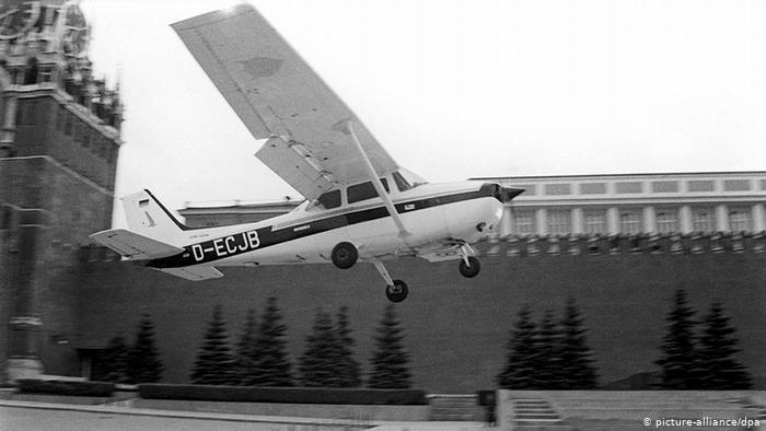Самолет Матиаса Руста над Красной площадью