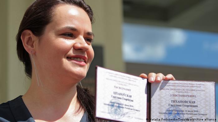 Тихановская с удостоверением кандидата в президенты