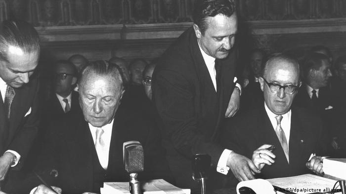Канцлер ФРГ Конрад Аденауэр и госсекретарь в министерстве иностранных дел Вальтер Халльштейн подписывают Римские договоры
