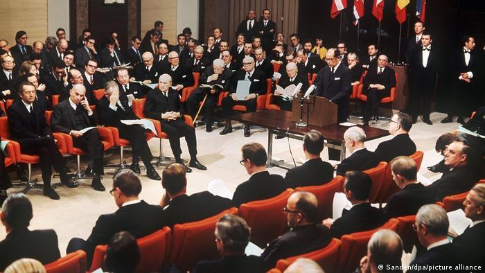 22 января 1972 года представители Великобритании, Ирландии, Норвегии и Дании в Брюсселе подписали договор о вступлении в ЕЭС
