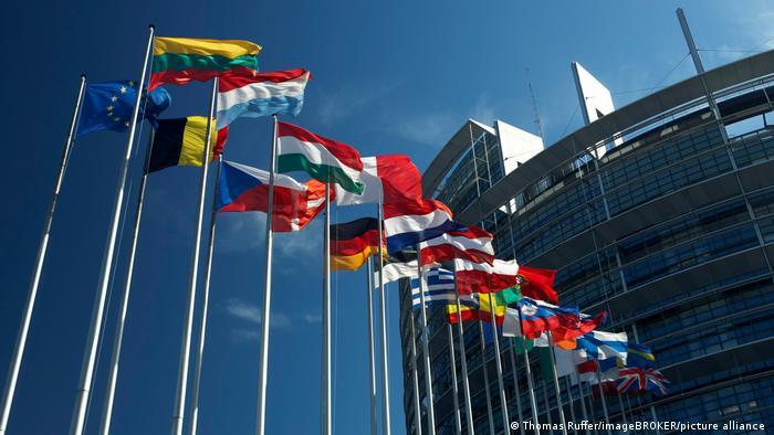 Флаги стран Европейского Союза у здания Европарламента в Страсбурге