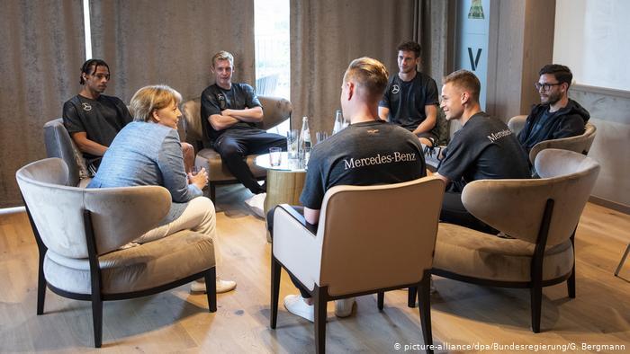 WM 2018 - Trainingslager Deutschland - Merkel (picture-alliance/dpa/Bundesregierung/G. Bergmann)