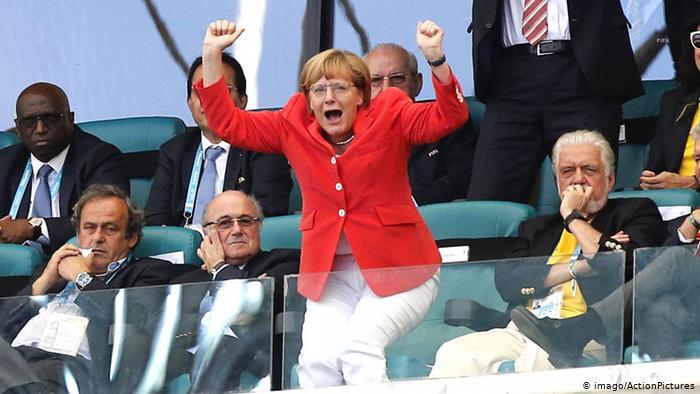 ЧМ-2014, Меркель ликует на трибуне, слева от нее - тогдашний президент ФИФА Йозеф Блаттер и глава УЕФА Мишель Платини.