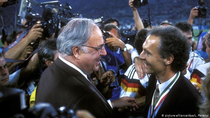 Гельмут Коль поздравляет с победой в ЧМ-1990 тренера сборной Франца Беккенбауэра.