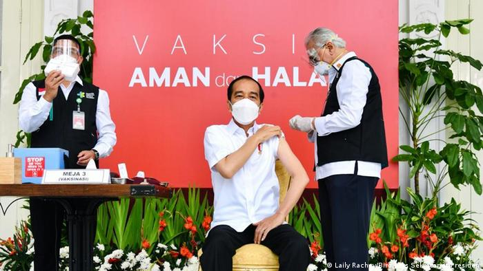 Президент Индонезии Джоко Видодо прививается вакциной Sinovac Biotech