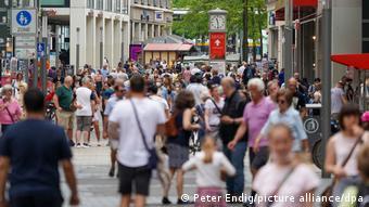 Прохожие в пешеходной зоне центра Лейпцига