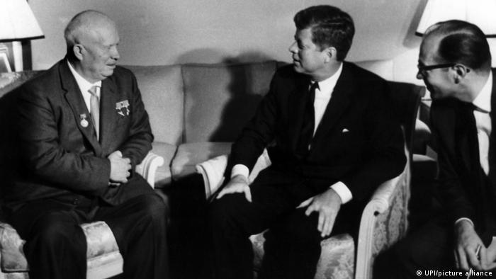 Никита Хрущев и Джон Кеннеди на переговорах в Вене