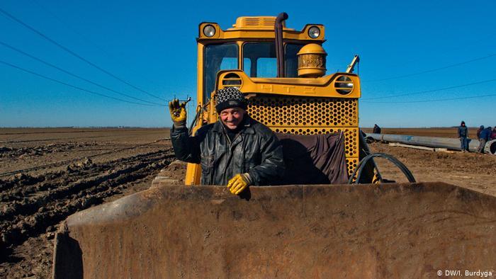 Рабочие ремонтируют поврежденные линии электропередач, идущей в направлении Крыма