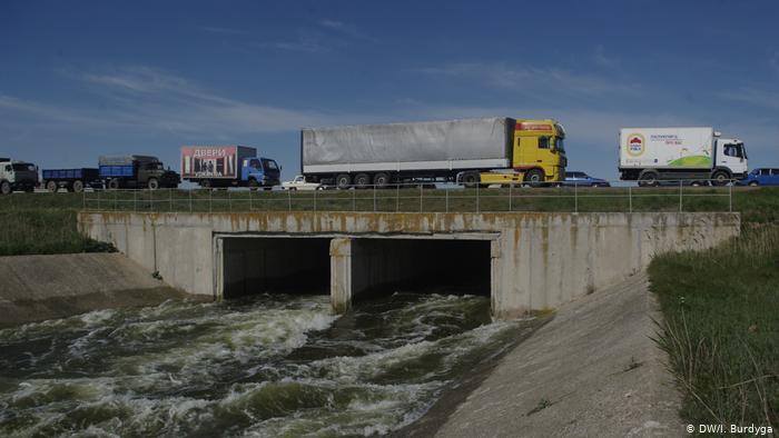 Пункт пропуска в Крым - очередь из грузовиков на трассе Херсон - Армянск
