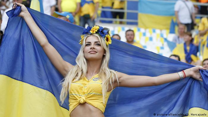 Болельщица сборной Украины перед матчем на ЧЕ в 2016 году