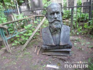 На Байковом кладбище с могилы украли бюст: злоумышленникам грозит до 7 лет тюрьмы