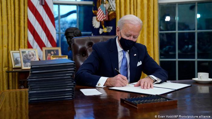 Джо Байден в первый рабочий день в Белом доме