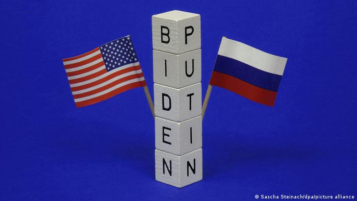 Символическая картина с флагами США и России к саммиту Байден - Путин