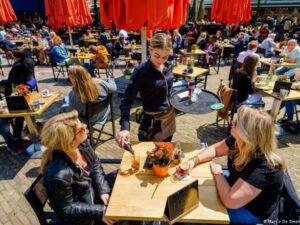 В Нидерландах ослабили локдаун из-за коронавируса. Теперь можно посещать кинотеатры, музеи и рестораны