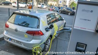 Электромобиль на подзарядке в Берлине