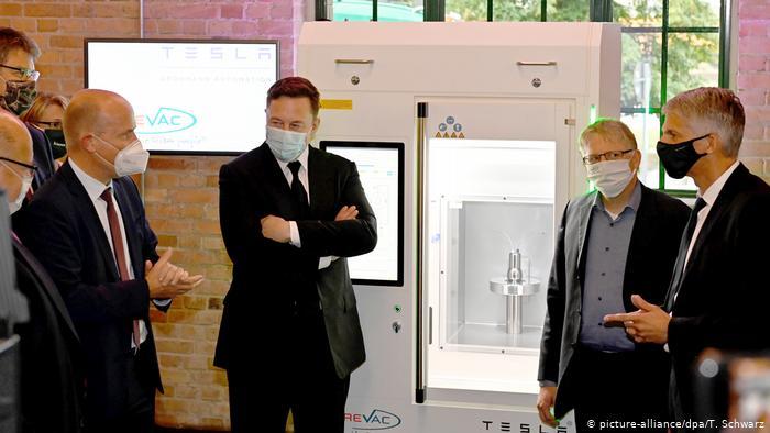Илон Маск демонстрирует депутатам бундестага принтер для вакцин Curevac