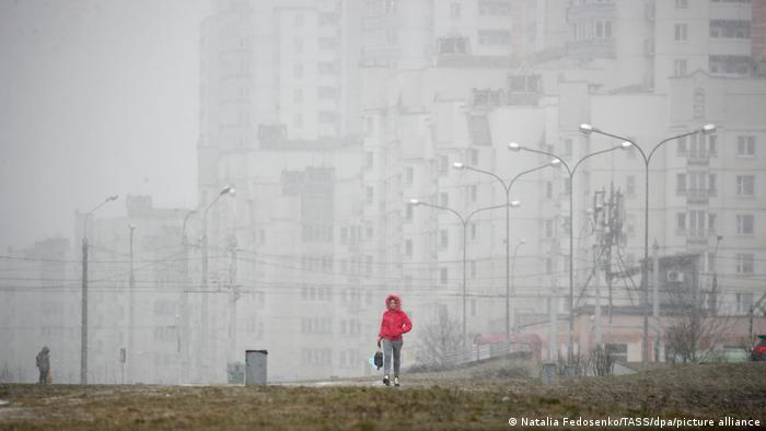 Девушка на фоне жилого комплекса в Минске