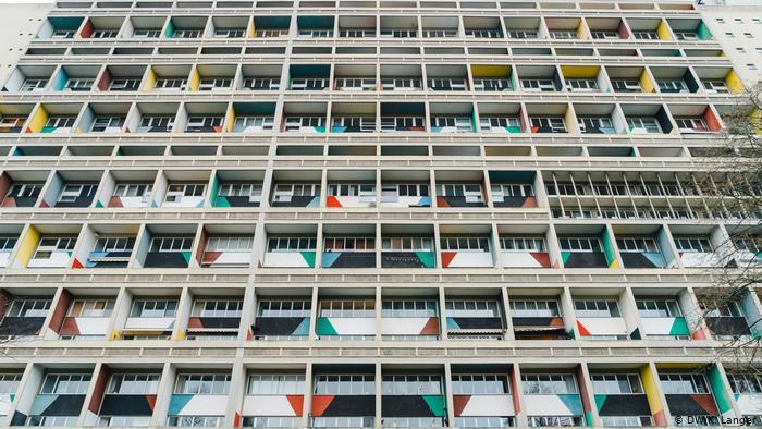 Разноцветные панели на фасаде жилого многоэтажного дома