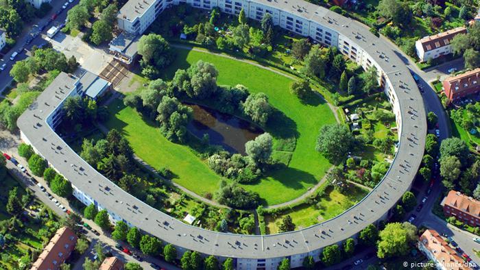 Жилой дом в виде подковы в берлинском районе Нойкёльн