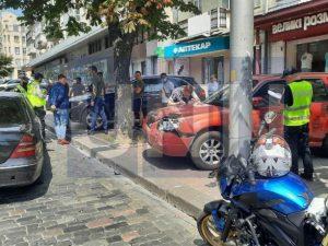 """Масштабное ДТП в центре Киева: мотоциклист-иностранец сначала """"ударил"""" Mercedes, а затем отлетел на припаркованные авто"""