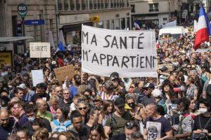 """""""Руки прочь от моего естественного иммунитета"""": во Франции прошли массовые протесты против COVID пропуска Health Pass"""