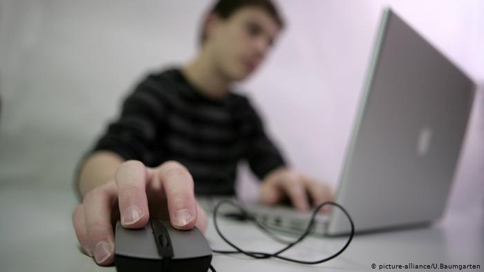 Kind mit Laptop (picture-alliance/U.Baumgarten)