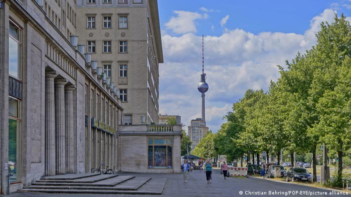 Каменный фасад здания в Берлине на фоне телебашни