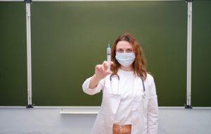 Невакцинированным учителям не могут запретить выходить на работу — санврач