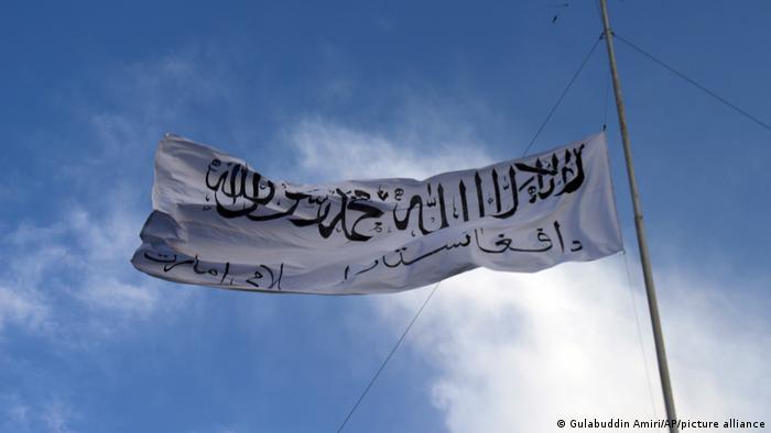 Флаг Талибана над резиденцией губернатора в городе Гани