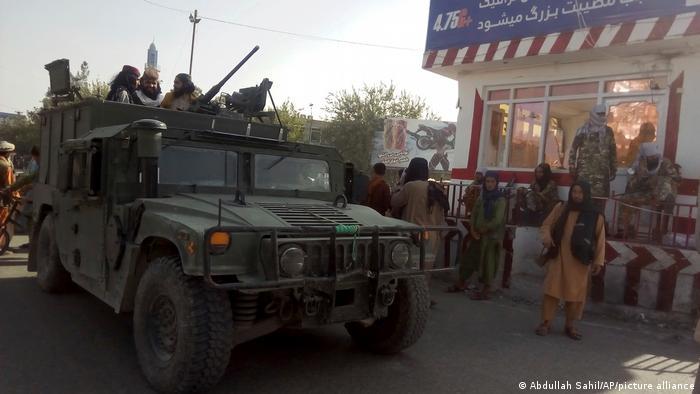 Талибы на захваченном КПП перед въездом в Кундуз