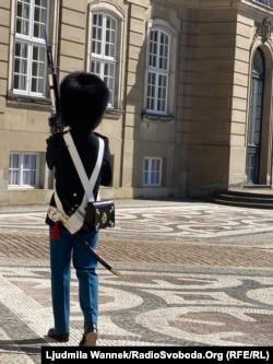 Охоронець королівського палацу під час патрулювання. Копенгаген