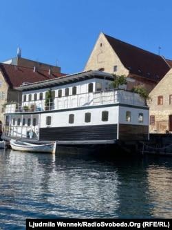 Дехто з данців мешкає на човнах