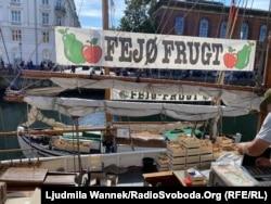 Копенгаген. Місцеві яблука продають просто з човна