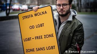 БартошСташевски показывает табличку, на которой написано зона, свободная от ЛГБТ