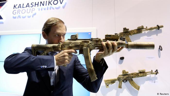 Министр промышленности и торговли РФ Денис Мантуров держит автомат, произведенный концерном Калашников