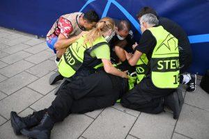Роналду нокаутировал женщину-стюарда перед матчем с Янг Бойз