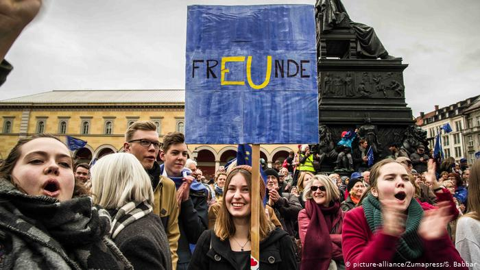 Молодежь на митинге Pulse of Europe в Мюнхене