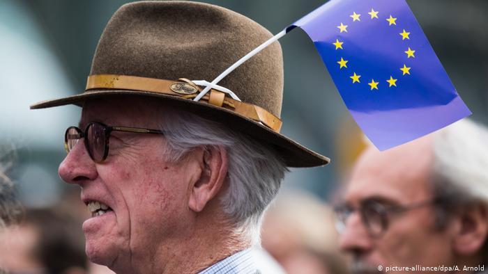 Пожилой немец в флагом ЕС в шляпе