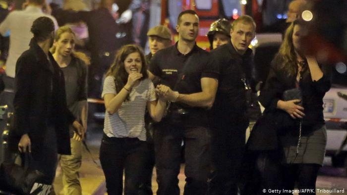 После теракта спасатели эвакуируют посетителей парижского концертного зала Батаклан