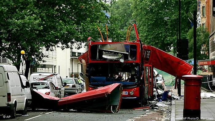 Покореженный в результате взрыва автобус в Лондоне