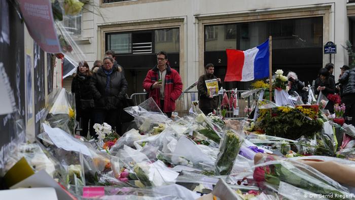 Цветы у редакции Charlie Hebdo в Париже