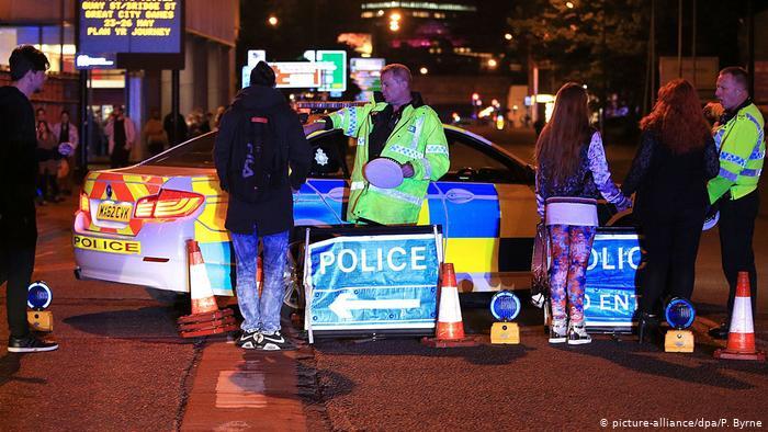 Полицейские машины на месте теракта в Манчестере