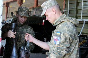 Курсанти з Одеси допомагають підготувати військову техніку до зими в Миколаївській та Хмельницькій областях